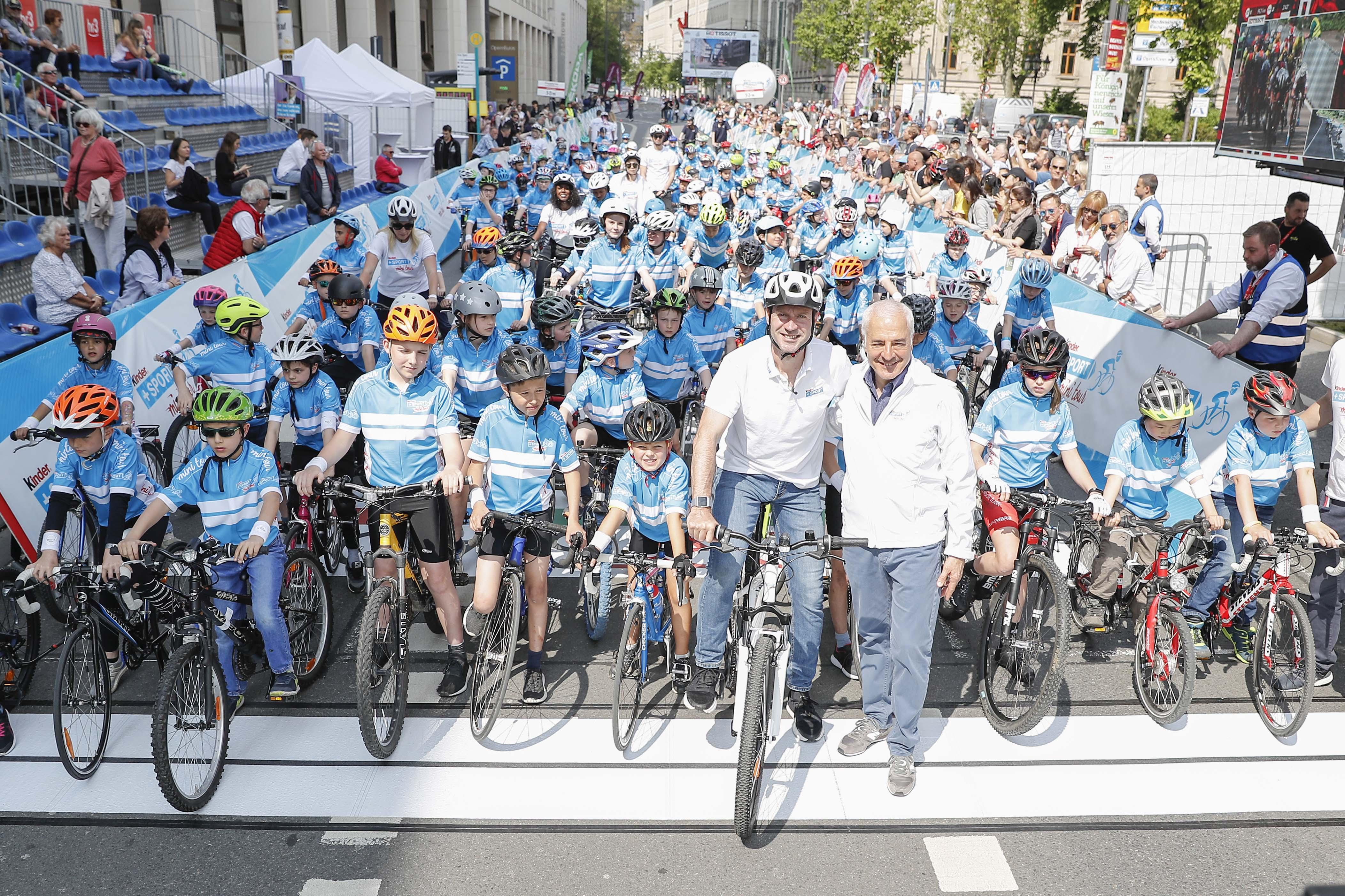 Frank Busemann und Carlo Vassallo mit Kindergruppe