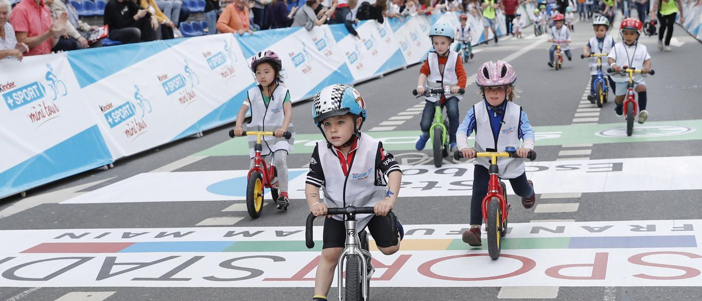 Kinder auf Fahrrädern bei Sportveranstaltung