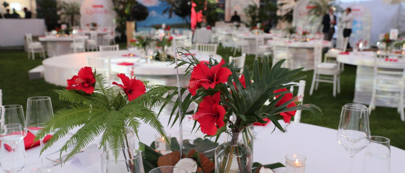 Blumendekorierte Tische beim Raffaello Summer Dinner