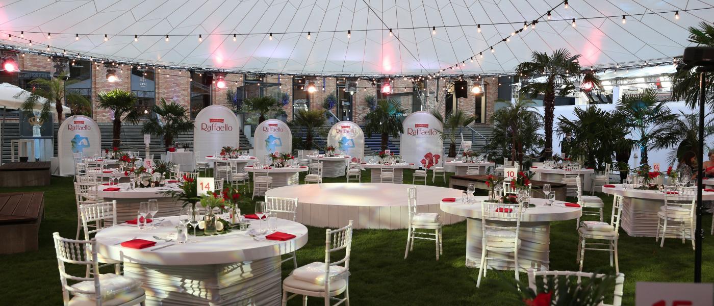 Für die Gäste gedeckte Tische beim Raffaello Summer Dinner 2020