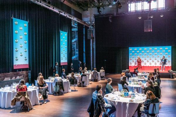 kinderTag 2020: Festliche Tische im Veranstaltungssaal