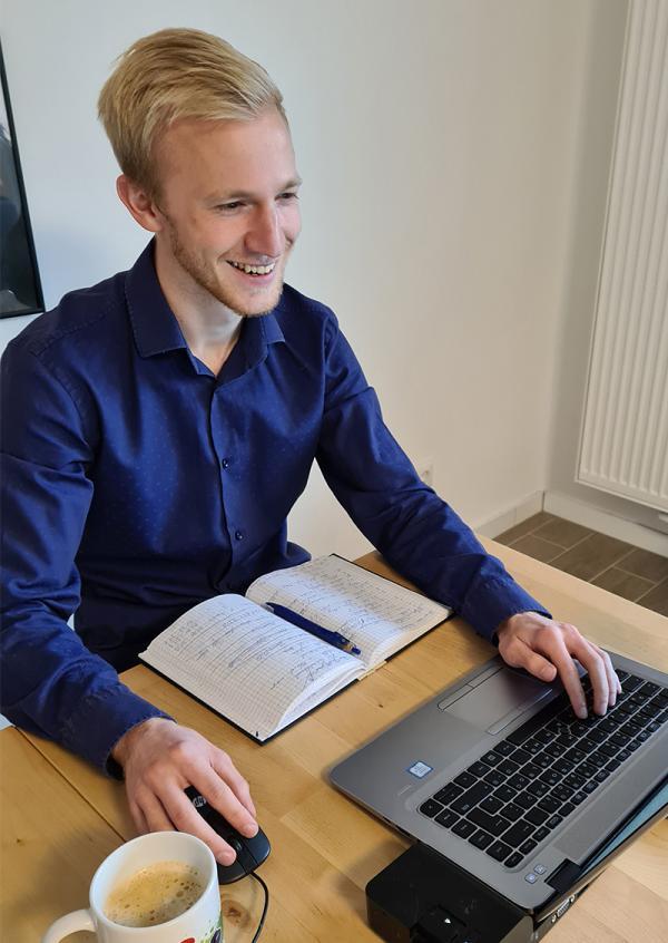 Felix am Schreibtisch