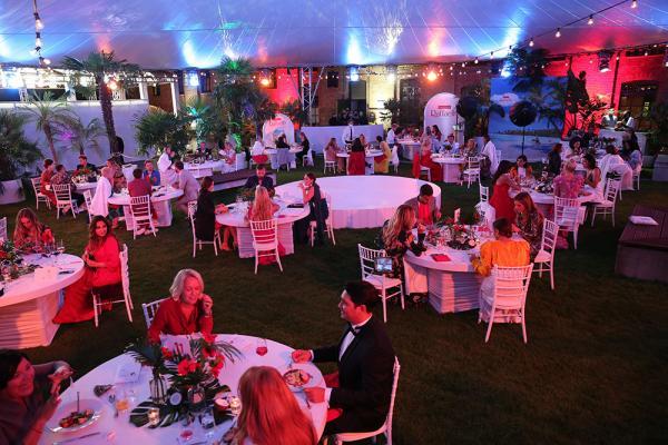 Gäste des Raffaello Summer Dinners 2020 an festlich gedeckten Tischen