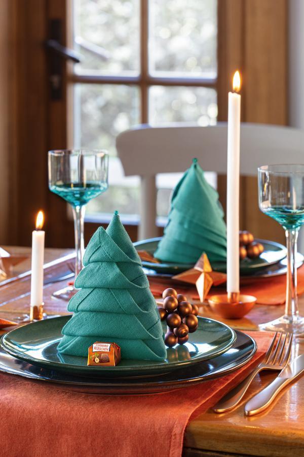 Weihnachtlich dekorierter Tisch