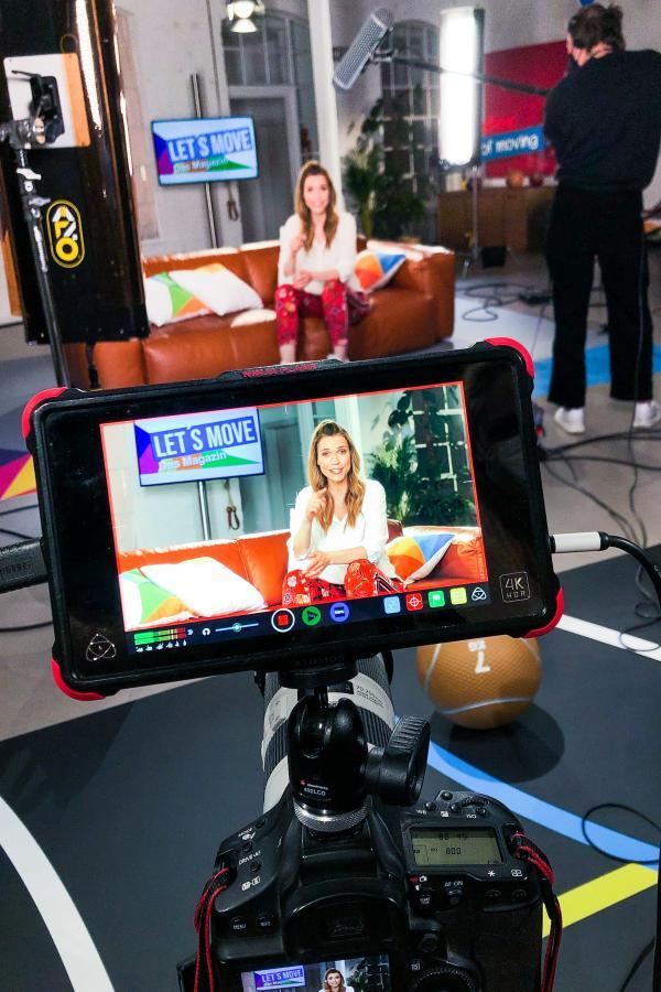 Blick durch die Kamera auf Moderatorin Annett Möller
